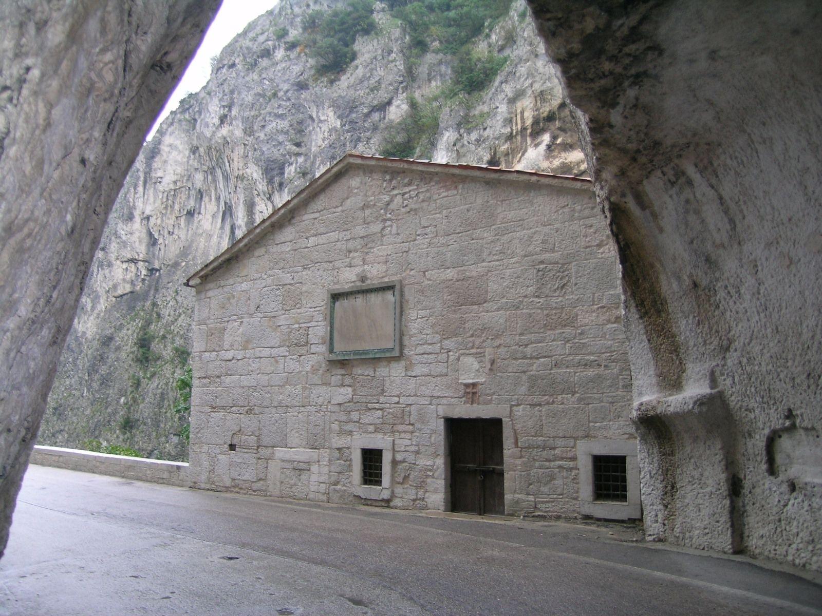 Chiesa di Santa Maria delle Grazie, la Gola del Furlo
